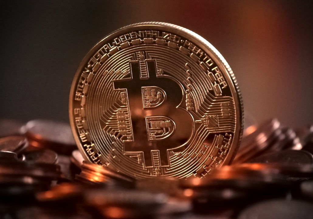 Zlatni Bitcoin logo na kovanici