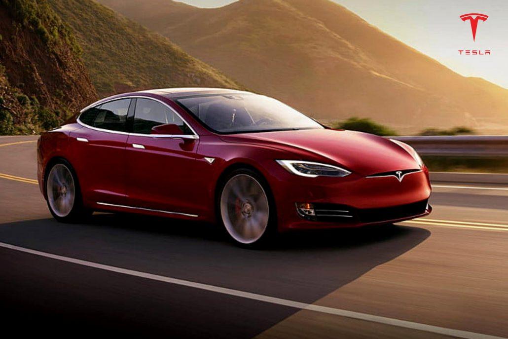 Crveno Tesla auto na cesti