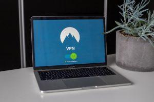 Ekran laptopa na kojem piše VPN